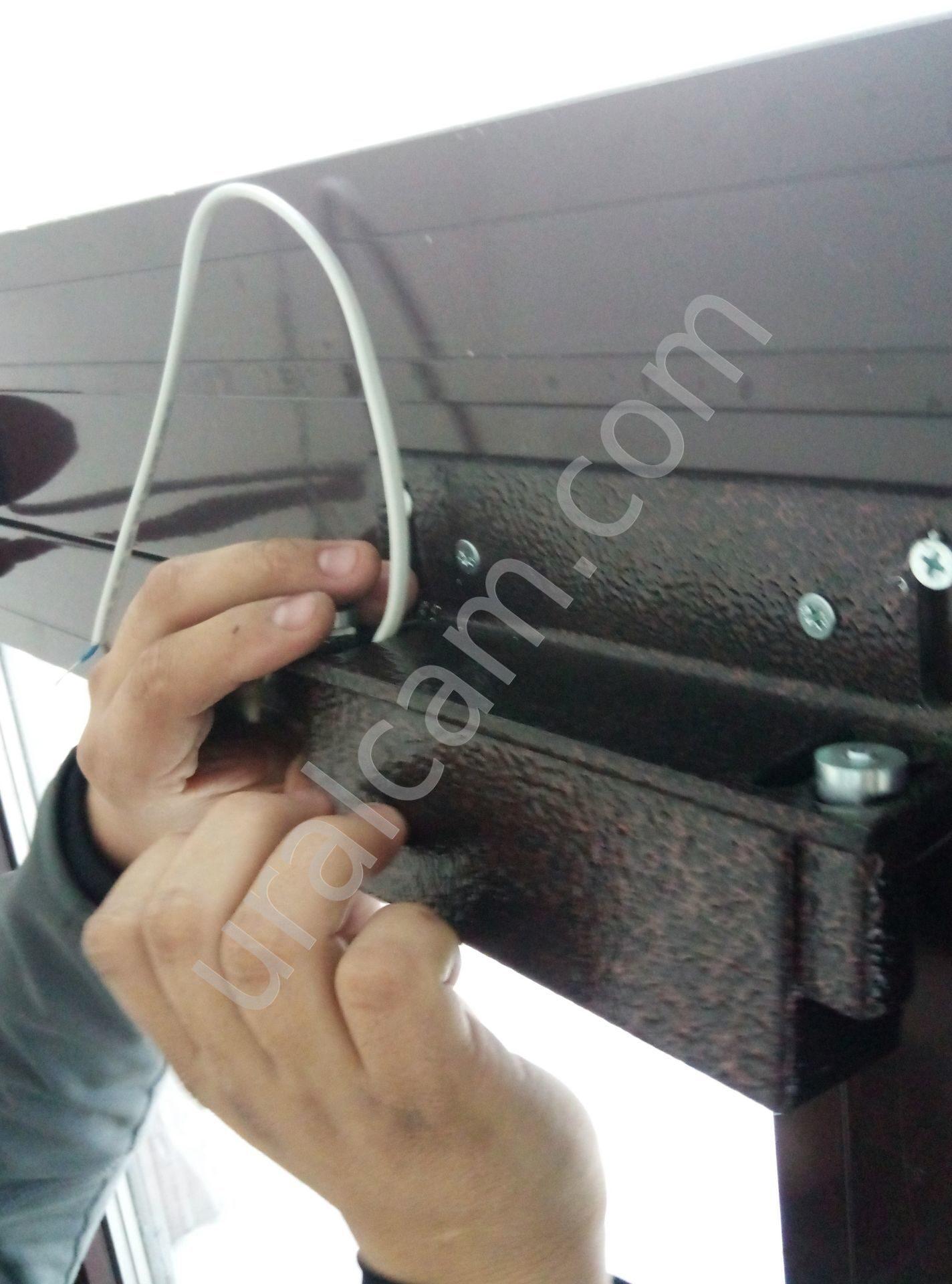 Установить магнитный замок на дверь